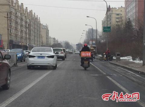 """送外卖摩托车箱上贴""""保持车距"""""""