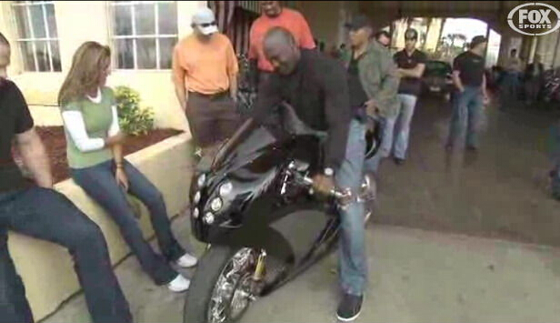 球星亦是车迷乔丹骑摩托罕见图
