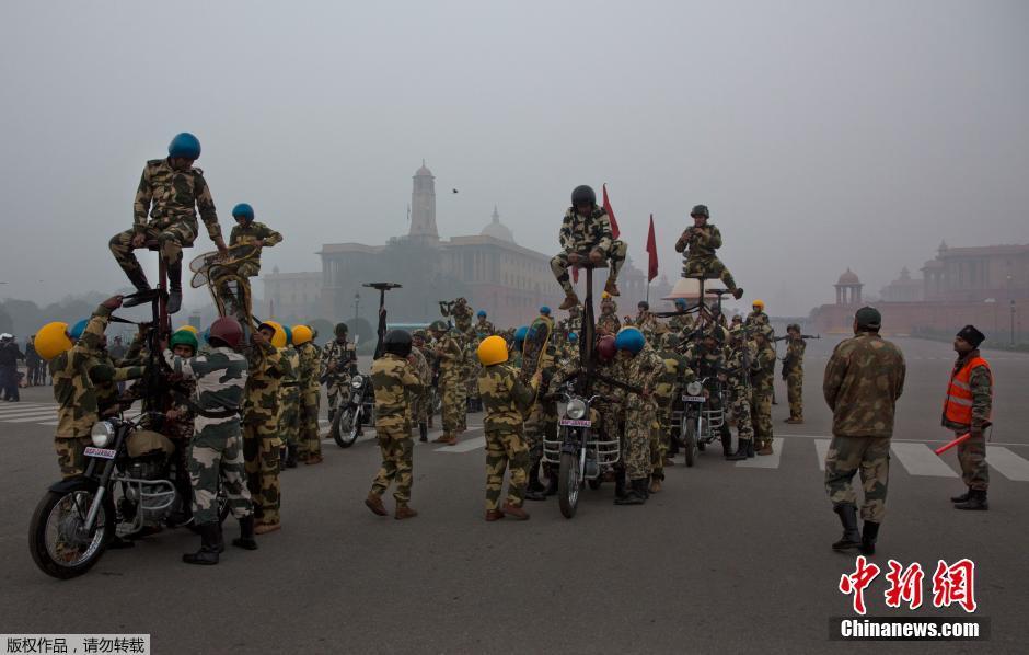 印度将迎共和国日大阅兵士兵摩托车上叠罗汉