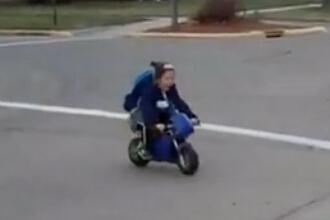 萌娃骑mini摩托车上学简直太可爱了!