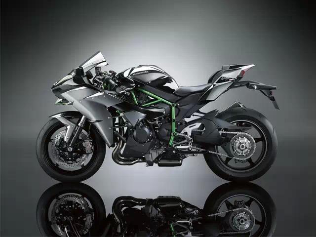 它搭载了一款200ps的增压式发动机,足以提供强大的加速度,卓越的高