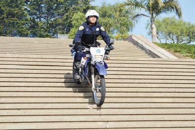 旧金山华裔警员加入摩托车队等待20年终圆梦