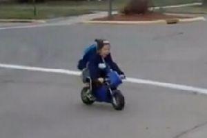 萌娃骑mini摩托车上学 简直太可爱了!