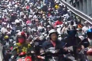 台湾下班高峰摩托车拥堵场景 吓傻交警