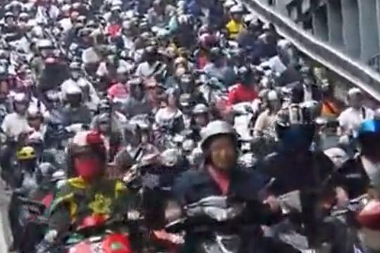 台湾下班高峰摩托车拥堵场景吓傻交警