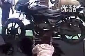 印度三哥又开挂!头顶摩托车爬梯子!