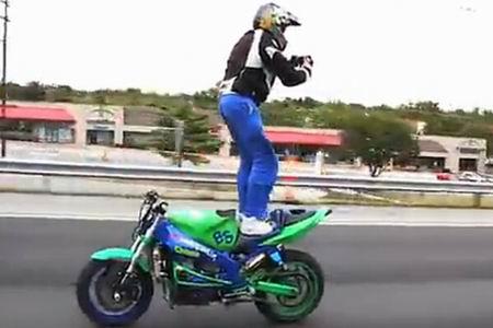 小伙站摩托车上摄影这技术真心给跪拜了!