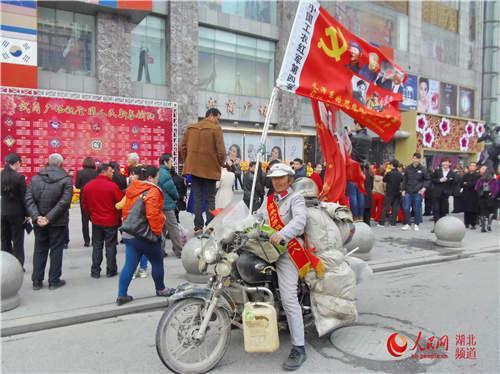 宁夏老人单骑重走红军长征路在武汉过羊年