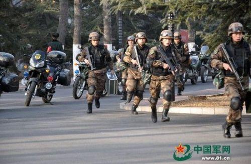 北京卫戍区警卫部队曝光士兵持枪乘三轮摩托