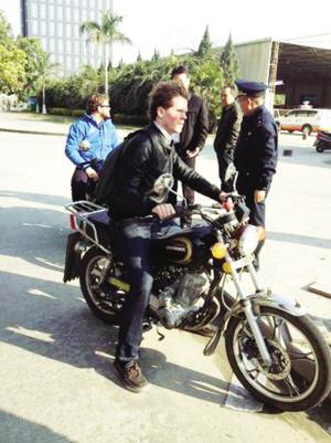 外国朋友骑摩托出示荷兰驾照以为世界通用