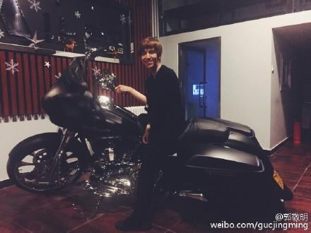 郭敬明骑蝙蝠侠摩托车网友:腿够不到地吧