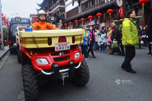 上海摩托消防车巡逻城隍庙造型拉风引围观