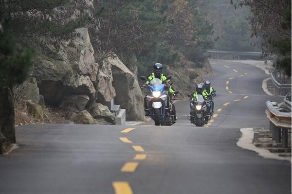 安全返乡倡议:摩托行驶全天开启近光灯