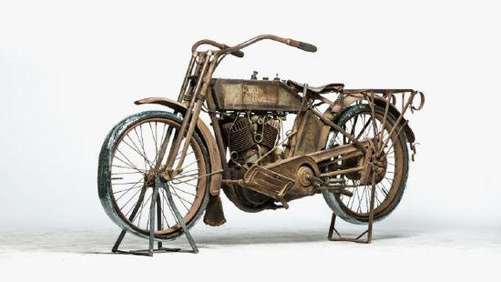 九十岁老汉和他收藏的古董摩托车