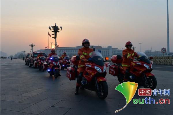 消防官兵骑新型消防摩托车执行两会安保任务
