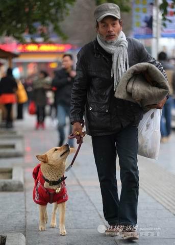 老汉骑摩托车带爱犬从广东回湖南