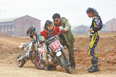 """3岁就学摩托车赛道上的最炫""""飞车少年"""""""
