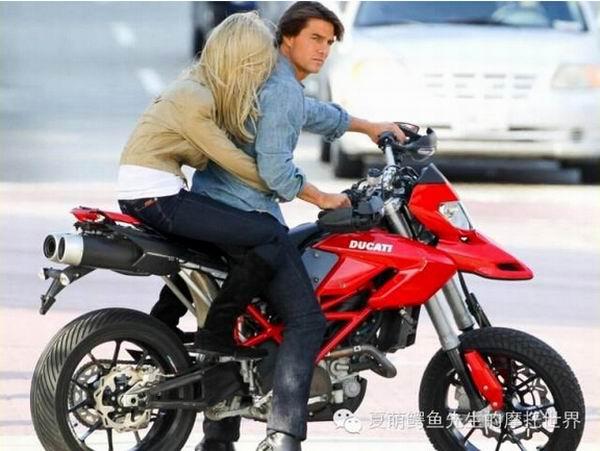 如何骑运动型摩托车(公路赛)带妹子