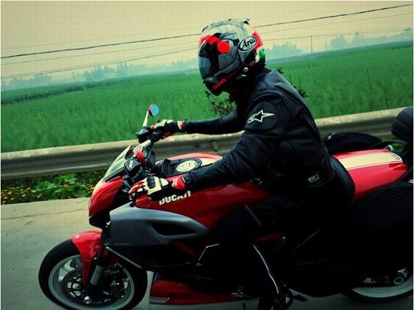 女骑士:坐在摩托车上感知世界