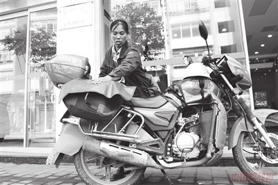 大号摩托上的女汉子
