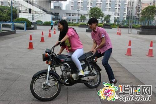 """重庆一高校开设摩托车驾驶选修课上演""""速度与激情"""