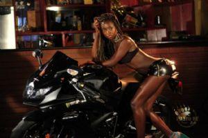 黑夜里的黑珍珠和摩托车