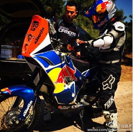 任贤齐忙里偷闲骑摩托赛车服造型帅气