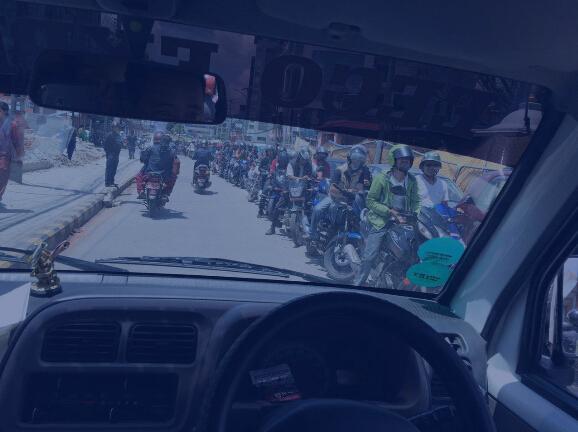 记者跟随中国救援队在尼搜救遇摩托车长龙等加油