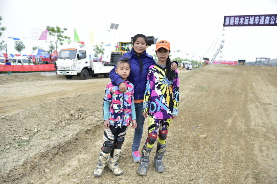 少年姐弟参加摩托车越野赛弟弟仅7岁