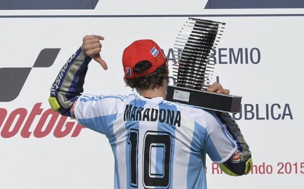 摩托大奖赛罗西夺冠领奖台穿10号致敬马拉多纳