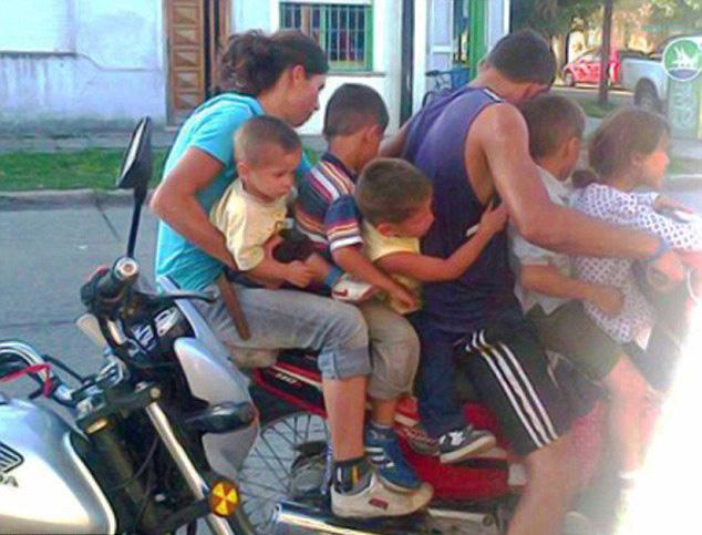 阿根廷六口之家驾同一摩托超载招谴责