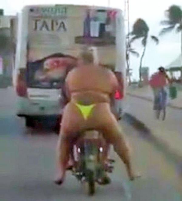 吸睛!巴西胖女子穿比基尼坐摩托车拉风