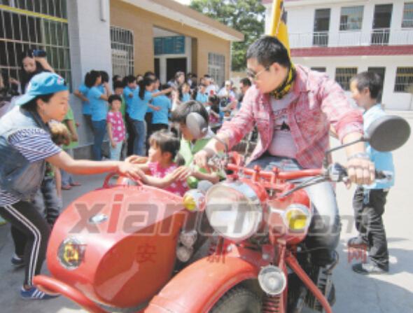 残障儿童骑摩托引发感动:长大后我也要骑行去帮人