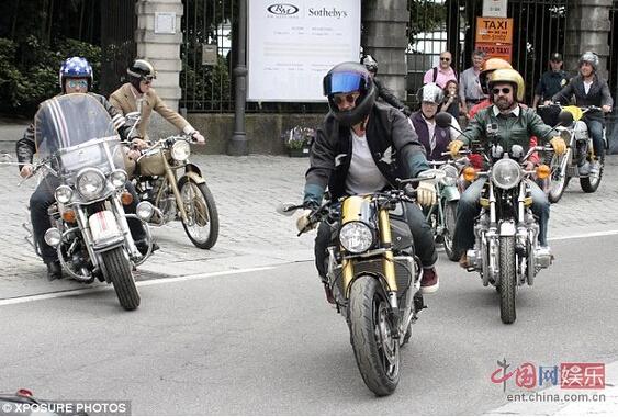 奥兰多•布鲁姆骑定制宝马摩托玩转意大利街头