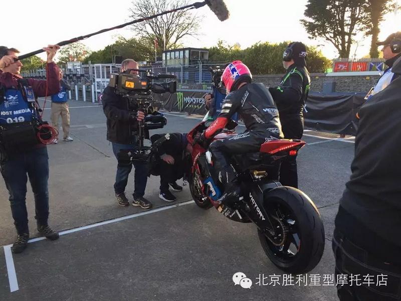 电动胜利曼岛∑ TT大赛斩获性命第三