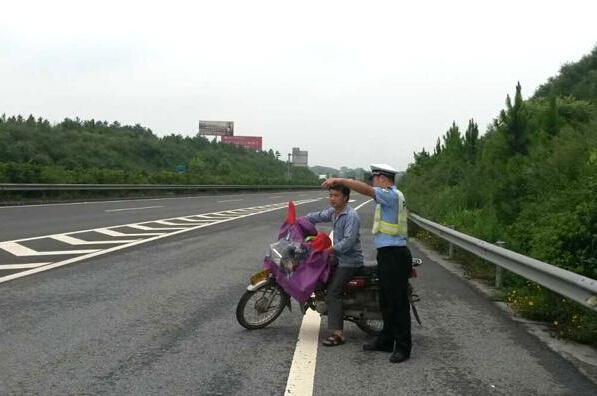摩托车上高速的那点事不戴头盔记2分罚200