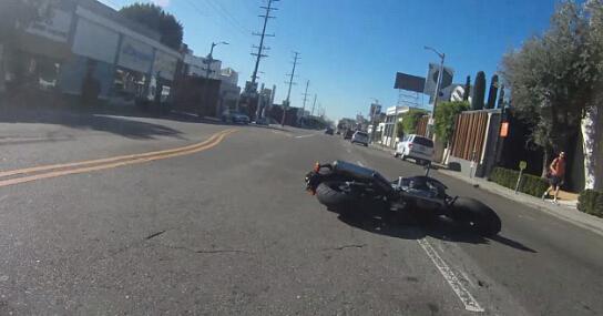摩托司机劝宝马车主开车勿发短信被恶意撞飞