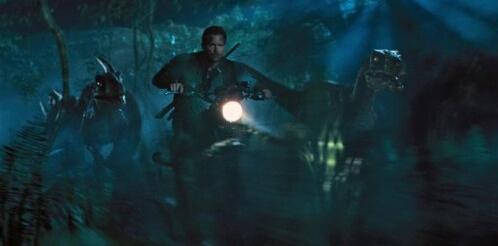 《侏罗纪世界》:骑上摩托,与恐龙同行