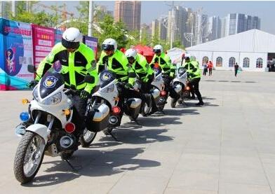 """为""""兰马""""开道摩托车警卫队整装待发"""
