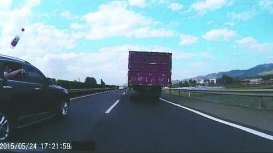 四川乘客高速扔瓶子砸摩托车车主被人肉