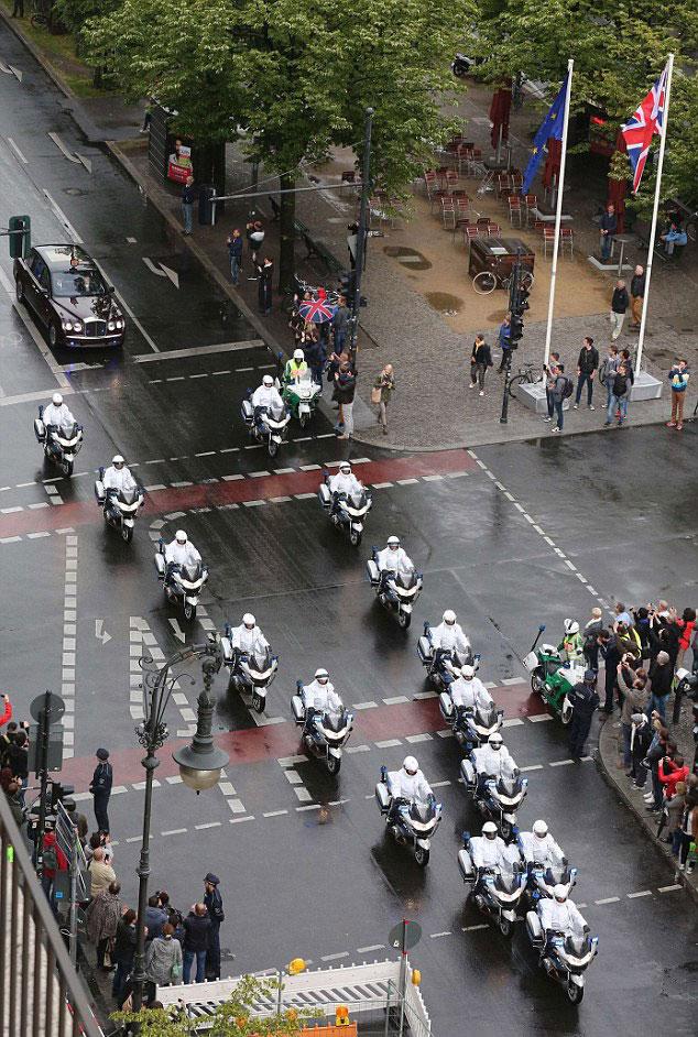 英国女王访问德国摩托车队开路