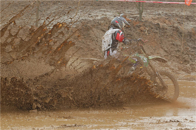 顺德:泥泞中进行的摩托车越野赛