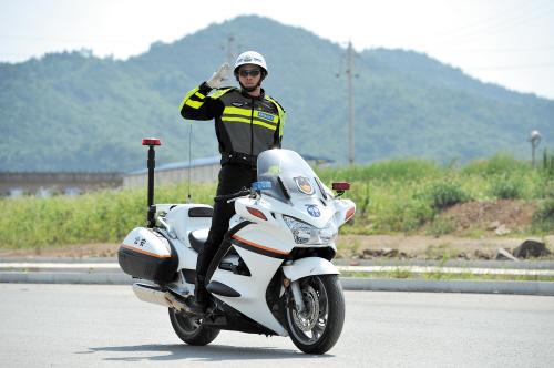 天热骑摩托就不戴头盔看似小事却是大危险