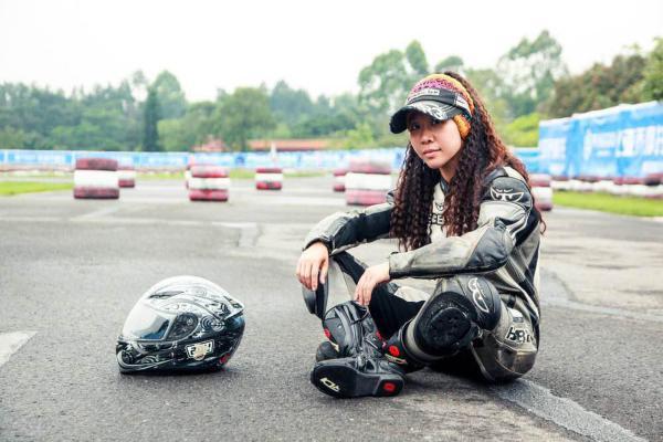 女摩托车手与互联网的未来