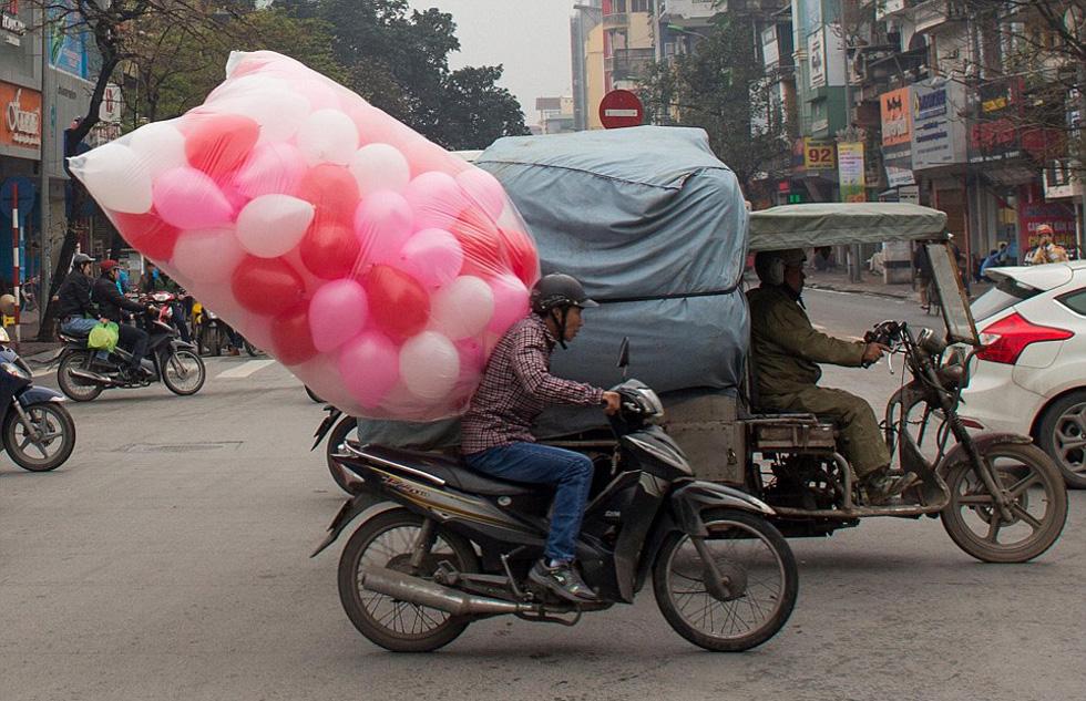 镜头记录越南街头摩托车超载奇葩景象