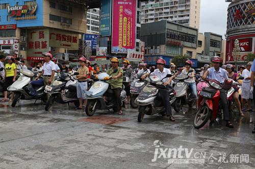 珍爱生命驾乘摩托车请自觉戴好安全头盔