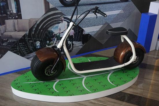 """如今,来自重庆的创业公司塞夫科技推出的智能代步工具Citycoco,则更像是一个""""怪胎""""。它有着哈雷摩托的外形、还综合了滑板和电动车的特点,以至于这台外形到功能都非常另类的产品又被塞夫科技定义为:城市电动智能滑板代步车。"""