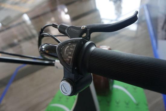 电动构件的部分则是可以提供的动力表现是95N/M的最大扭矩,也使用了前后液压碟刹配合电子刹车系统,干态法刹车距离仅为1.2米,湿态法为3.1米。