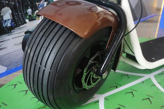 其次是一个精简的一体式大车架结构,连接了前轮和后轮,载重约为100KG,足够满足绝大部分用户。车把等其他位置也没有任何突出的结构,Citycoco之所以外观看上去如此简约,是因为它所有机械的部分都隐藏在了轮子内。