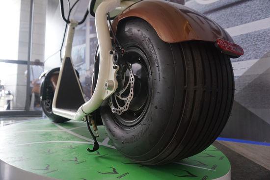 宽大的后轮配了一款800W的电机,使用了一块标称能够续航80公里的锂电池,重量仅为4.76千克,据悉充电1500次最少可使用两年,隐藏在Citycoco的滑板底板中间。